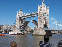 Die alte Brücke und die Boote Stockfoto