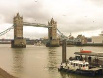 Die alte Brücke und die Boote Lizenzfreie Stockfotografie
