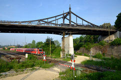 Die alte Brücke und die Eisenbahn Stockfoto