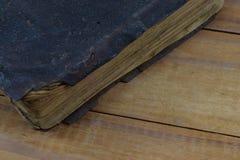 Die alte Buchbibel in der ledernen Abdeckung liegen auf dem Tisch Stockbild