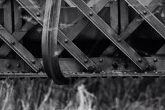 Die alte Eisen-Brücke in Schwarzweiss lizenzfreie stockfotos