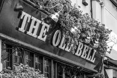 Die alte englische Kneipe Bell in London - LONDON - GROSSBRITANNIEN - 19. September 2016 Lizenzfreie Stockfotografie