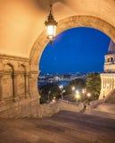 Die alte Fischer-Bastion nachts in Budapest, Ungarn Lizenzfreies Stockfoto