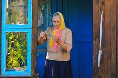 Die alte Frau hält Geld in ihren Händen Eine ältere Frau mit Dollar in ihren Händen stockfotos