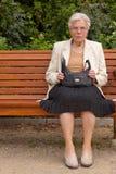Die alte Frau im Park Lizenzfreie Stockfotos