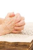 Die alte Frau liest die Bibel Stockbilder