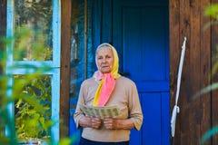 Die alte Frau liest die Zeitung stockbild