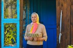 Die alte Frau liest die Zeitung stockfoto