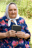 Die alte Frau mit der Bibel Stockbilder
