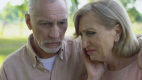 Die alte Frau, die nach schrecklichen Nachrichten von Krebs, unterstützender Ehemann schreit, sitzt nahe stock video