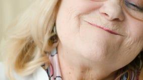Die alte Frau nickt und stimmt genug zu stock video footage