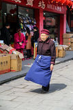 Die alte Frau in yuantong Stadt in Sichuan, Porzellan lizenzfreie stockfotos