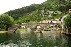 Die alte gewölbte Steinbrücke von Rijeka Crnojevica stockfotos