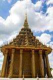 Die alte goldene Statue ist von thailändischem kulturellem und traditionell das einzigartige Stockfoto