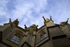 Die alte gotische Kirche mit Wasserspeiern stockfotos
