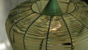 Die alte grüne Stehlampe, die mit einem Film bedeckt wird, glänzt in einer Weinlesewohnung stock footage