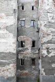 Die alte graue Schalenwand mit Fenstern im Bereich von neuem Prag in Warschau Kopieren Sie Platz Stockbild