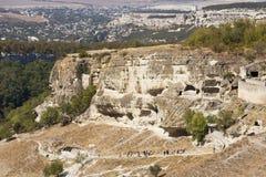 Die alte Höhlenfestung des Chufut-Kohls und des Bakhchisaray im Abstand Lizenzfreies Stockbild