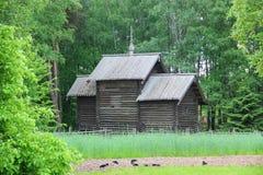 Die alte hölzerne Kapelle im Dorf Lizenzfreie Stockfotos
