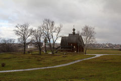 Die alte hölzerne Kirche, die ohne einen einzelnen Nagel errichtet wird, ist auf dem Hintergrund von Suzdal auf einem regnerische Lizenzfreies Stockbild