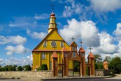 Die alte hölzerne Kirche in Varniai Stockbild