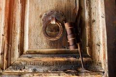 Die alte hölzerne Tür, die auf Arabisch mit römischen Buchstaben geätzt wurde, schnitzte unten, mit einem ursprünglichen Metalltü stockfotos