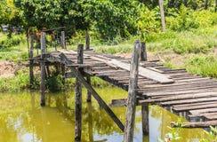 Die alte Holzbrücke an Stockfotos