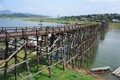 Die alte Holzbrücke Brücke über dem Fluss oder Montag-Brücke am sangklaburi, Kanchanaburi Thailand Lizenzfreie Stockfotografie