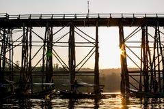 Die alte Holzbrücke Brückeneinsturz Brücke über dem Fluss und das Holz überbrückt Montag-Brücke am sangklaburi, kanchanaburi, Pro Stockbilder