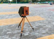 Die alte Kamera auf Straße Lizenzfreies Stockfoto
