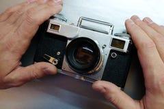 Die alte Kamera in den Händen Lizenzfreies Stockbild