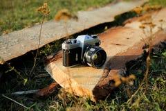 Die alte Kameraweinleseart auf einer Planke Lizenzfreies Stockfoto
