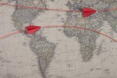 Die alte Karte und das rote Farbpapierflugzeug Lizenzfreie Stockbilder