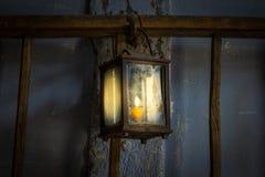 Die alte Kerosinlampe auf einer Wand in der Dunkelkammer Lizenzfreie Stockbilder
