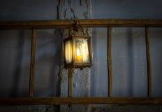 Die alte Kerosinlampe auf einer Wand in der Dunkelkammer Lizenzfreie Stockfotos