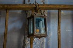 Die alte Kerosinlampe auf einer Wand in der Dunkelkammer Stockfotografie