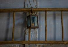 Die alte Kerosinlampe auf einer Wand in der Dunkelkammer Lizenzfreies Stockbild