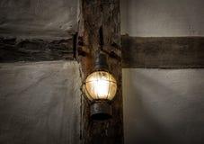 Die alte Kerosinlampe auf einer Wand in der Dunkelkammer Stockfoto