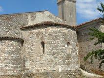 Die alte Kirche des romanischen Pieve von Pontenove überspannt Th Stockfoto