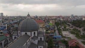 Die alte Kirche steht in der Stadt hoch stockfoto
