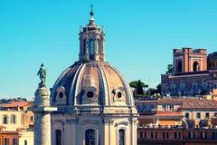 Die alte Kirche und die alte Trajanssäule in Rom Lizenzfreie Stockbilder