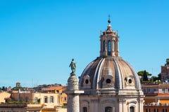 Die alte Kirche und die alte Trajanssäule in Rom Stockfoto
