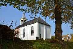 Die alte Kirche von Jukwerd in der Provinz von Groningen lizenzfreie stockfotos