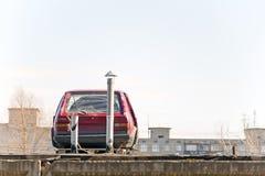 Die alte Maschine, die auf dem Dach steht Stockfotografie
