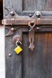 Die alte offene geschnitzte Holztür schmiedete offene Befestigung des leistungsfähigen Deadbolt Lizenzfreie Stockfotos