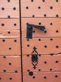 Die alte rötliche gemalte Tür von St- Peter` s Kirche in Beho, Belgien, Detail Stockfoto