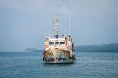 Die alte rostige gedrängte diese Fähre segelt zwischen Inseln lizenzfreies stockbild