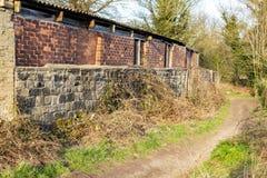 Die alte rote Backsteinmauer stockfotografie