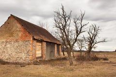 Die alte Scheune in der Landschaft Wirtschaftsgebäude Bewölkter Himmel über dem Bauernhof Stockbild