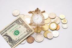 Die alte silberne Taschenuhr, die auf verschiedene Größen sich setzt, prägen Stapel und Stockfotos
